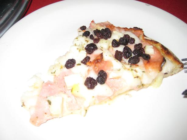 Brasilian pizza: Turkey, raisin and pineapple